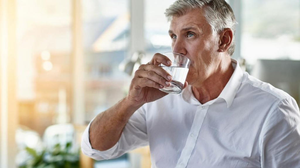 https://cdn1.medicalnewstoday.com/content/images/articles/320/320872/senior-man-drinking-a-glass-of-water.jpg